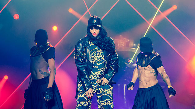 640px-Rihanna_with_dancers_live_at_Kollen_Music_Festival_2012-2