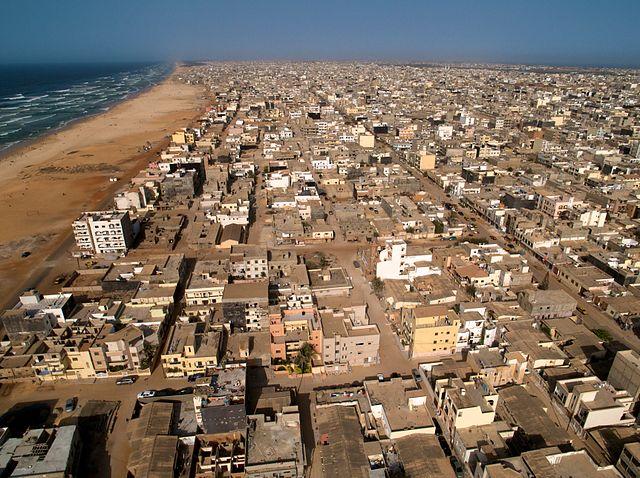 640px-Dakar_Roofs_-_Beach_&_Ocean_(5651584098)