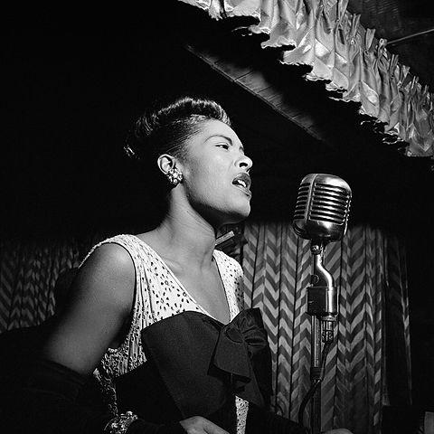 480px-Billie_Holiday,_Downbeat,_New_York,_N.Y.,_ca._Feb._1947_(William_P._Gottlieb_04251)